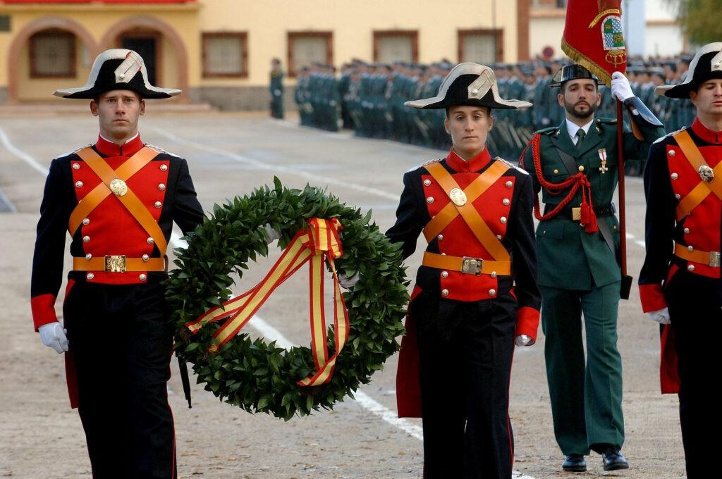 Guardias civiles portan la corona de laurel en el acto de homenaje a los caidos en la academia de la Guardia Civil